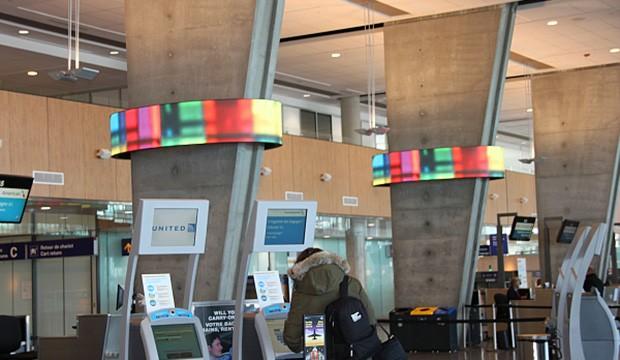 Deux écrans d'art numérique à l'aéroport de Montréal