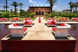 Luxe et originalité, découvrez la piscine rouge de Marrakech