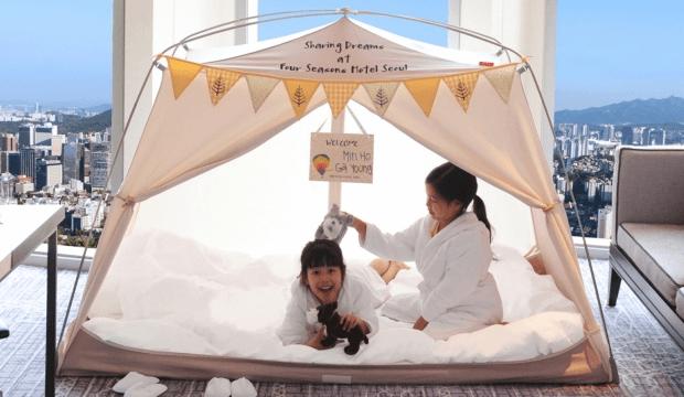 Passer une nuit à l'hôtel, sous une tente