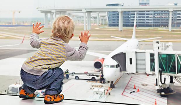 Une femme oublie son bébé à l'aéroport et demande au pilote de faire demi-tour