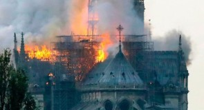 France: Notre-Dame de Paris part complètement en fumée!