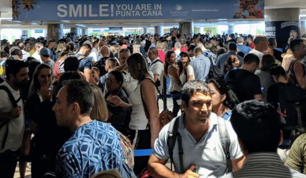 Chaos à l'aéroport de Punta Cana: plusieurs heures d'attente pour les voyageurs à la descente de l'avion