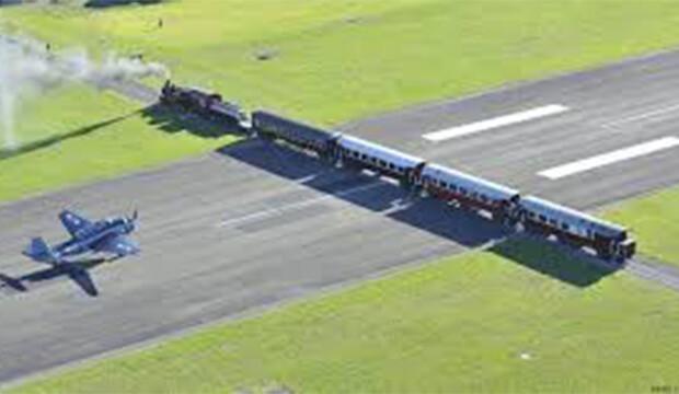 La piste de cet aéroport est traversée par une voie ferrée