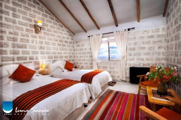 un hotel fait en sel dans le desert