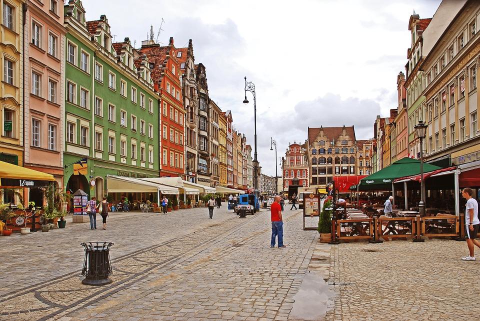partez a la decouverte de la pologghe à wroclaw avec ses maisons colorées