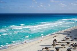 Les plages de Cancun restent ouvertes tandis que les bars ferment sous de nouvelles restrictions
