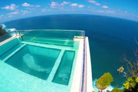 Une piscine hallucinante sur les falaises de Bali