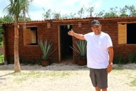 Il construit la première maison entièrement faite d'algues sargasses!