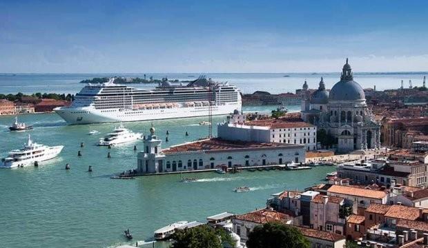 Le gouvernement italien pense à interdire définitivement les navires de croisière dans le canal Guidecca de Venise